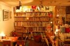 原宿の地下に広がる、非日常への入り口   絵本の読める喫茶店